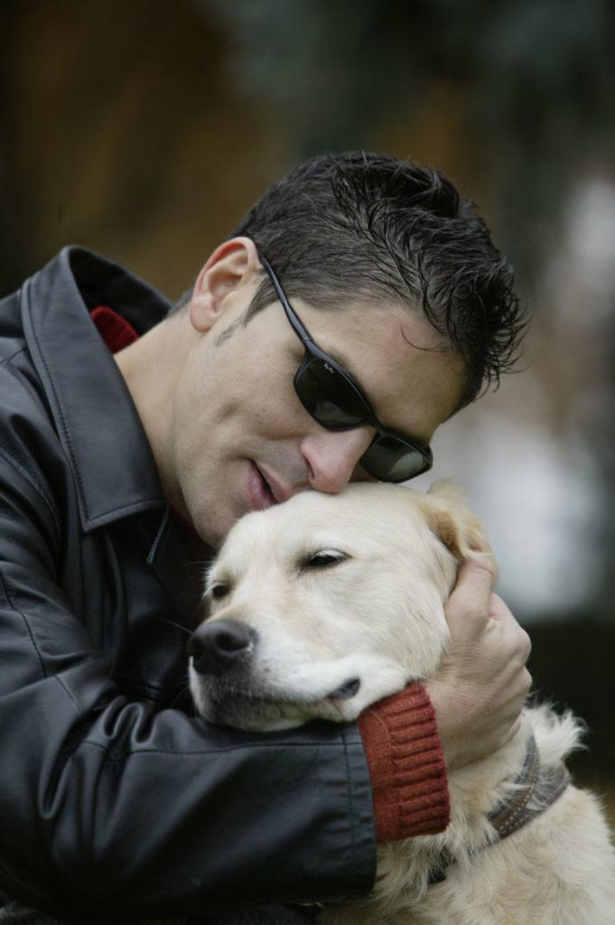 Serafín Zubiri abrazando a su perro guía