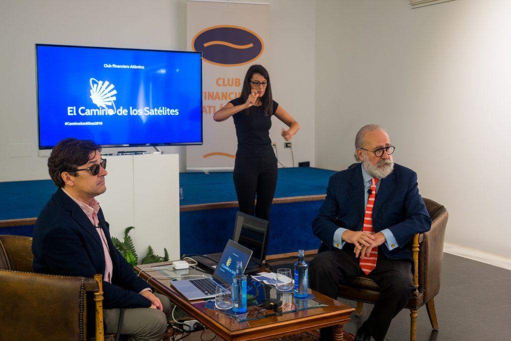 de izquierda a derecha, Enrique Varela, Miriam intérprete de signos, y Mariano Gómez-Ulla