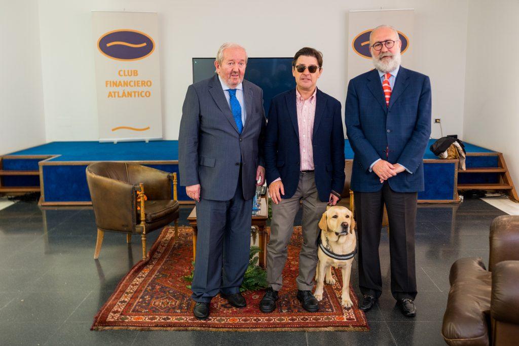 De izquierda a derecha, José María López, Enrique Varela, Balú, su perro guía y Mariano Gómez-Ulla