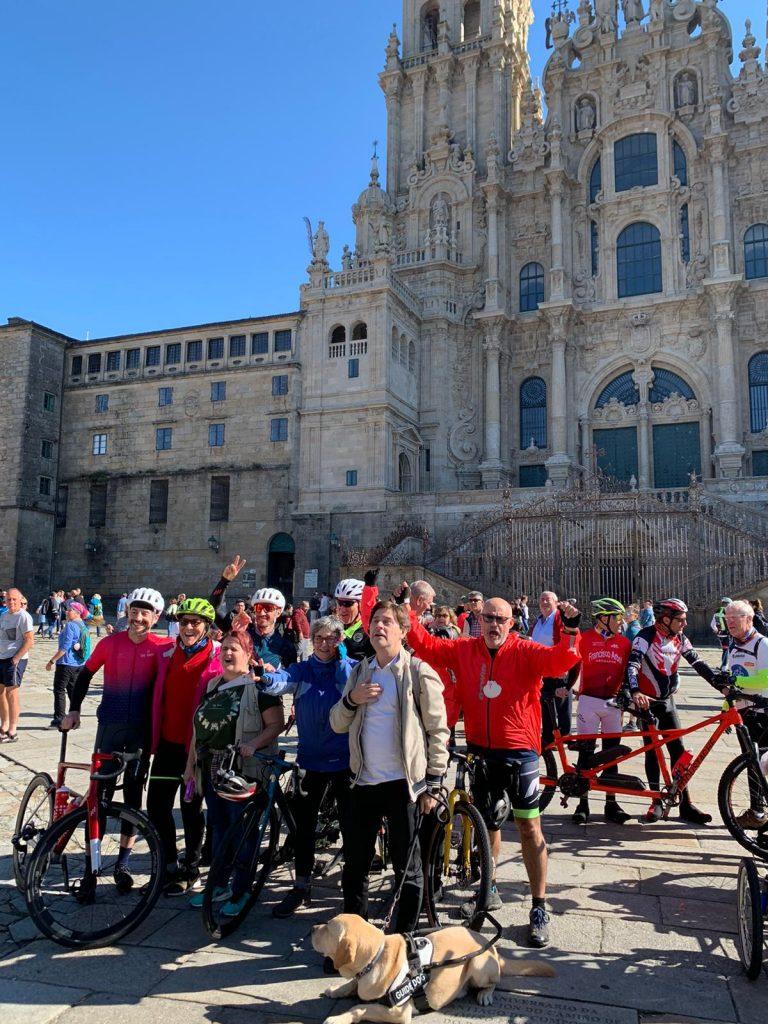 Foto de los bicigrinos a la llegada a la Praza do Obradoiro en Santiago con la catedral al fondo